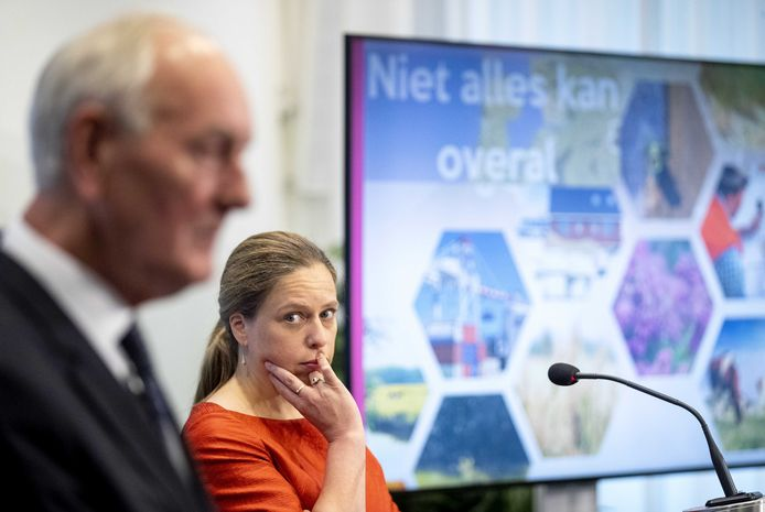 Minister Schouten (Landbouw, Natuur en Voedselkwaliteit) en voorzitter Remkes  tijdens de presentatie van het eindrapport van het Adviescollege Stikstofproblematiek.