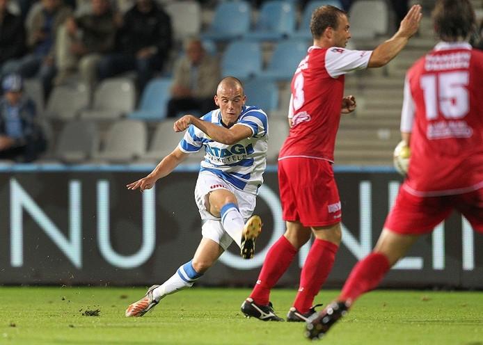 De Graafschap-speler Anco Jansen schiet de 1-0 binnen. Foto: Theo Kock