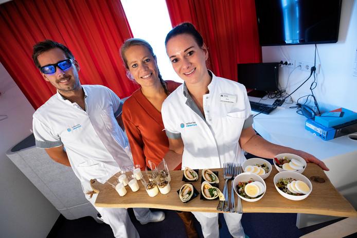 Nachtdienst met speciale bril, voeding en een powernap-bed. Vlnr Joris van der Zwaag, Marieke van Schijndel en Elma Dirks.