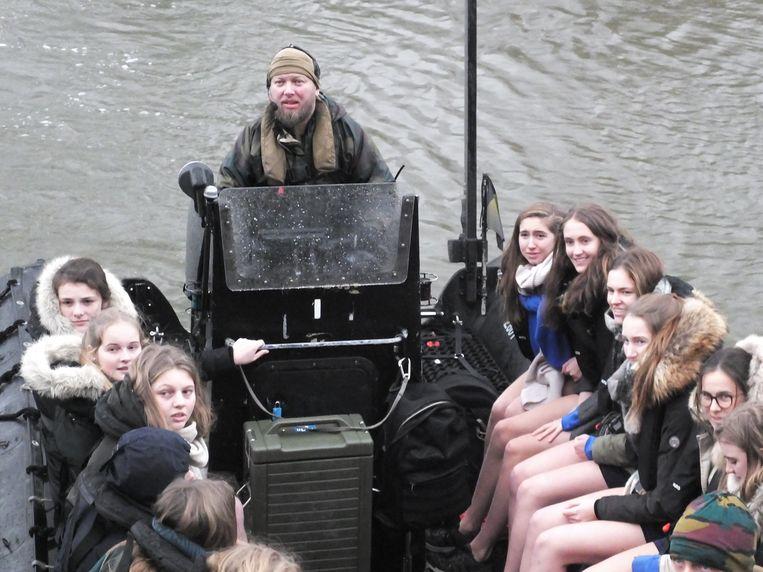 Met vijftien leerlingen per boot worden de leerlingen vervoerd.