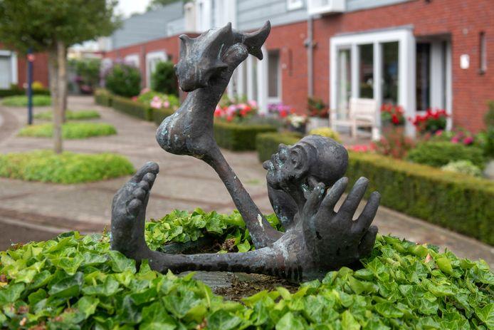"""Kunstwerk 'Watervreugde' aan De Strang in Gendt. ,,Als kunstenaar maak ik iets dat ik van binnenuit voel. Daarom zijn bij het beeld in Gendt de handen zo groot."""""""