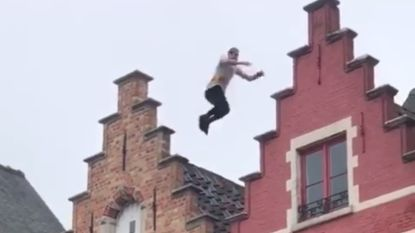 VIDEO: Waaghals springt over daken op Brugse Markt