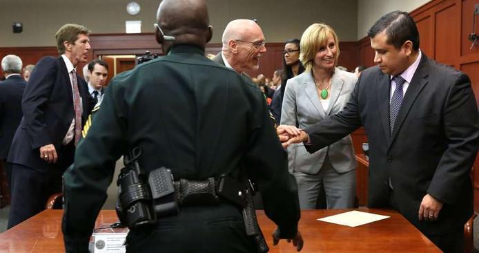 George Zimmermann (rechts) wordt onmiddellijk na de uitspraak gefeliciteerd door zijn advocaten.