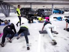 Trainen tussen de auto's op tweede laag van de parkeergarage in Maarssen