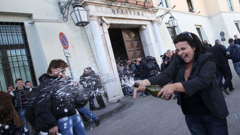 Napolitanen vieren feest nadat bekend werd dat Michele Zagaria gearresteerd was. Beeld EPA