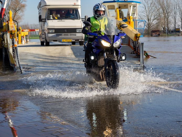Bij de veerpont in Bronkhorst haalde het verkeer niet droog de overkant.