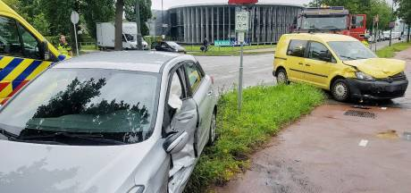 Bestuurder lichtgewond bij ongeluk tussen twee auto's op kruising in Oisterwijk