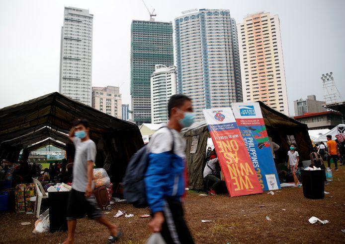 Les Philippines avaient imposé à la mi-mars à la population l'un des confinements les plus stricts de la planète, n'autorisant les sorties que pour l'achat de nourriture et les soins médicaux.