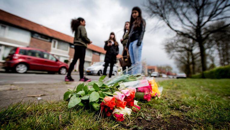 Bloemen op de plek waar de peuter is doodgereden. Beeld anp