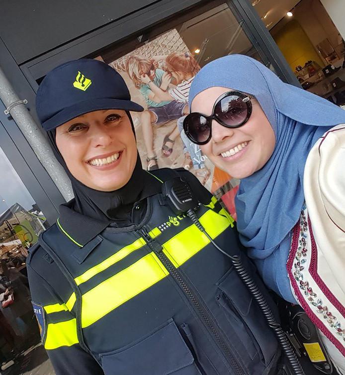 De wijkagente in Amsterdam Osdorp die een hoofddoek droeg tijdens haar werk.