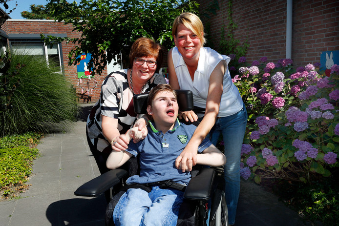 Sjoerd zijn moeder  Alda (links) en verpleegkundige Regien Vos. Foto Bert Janssen/fotomeulenhof