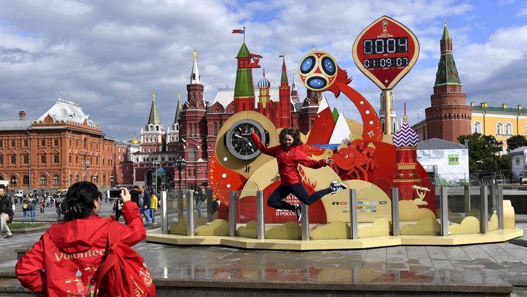 In Moskou betekent het WK gewoon feest, dus poseren bij de aftelklok naar de openingswedstrijd. Beeld Fifa/Getty