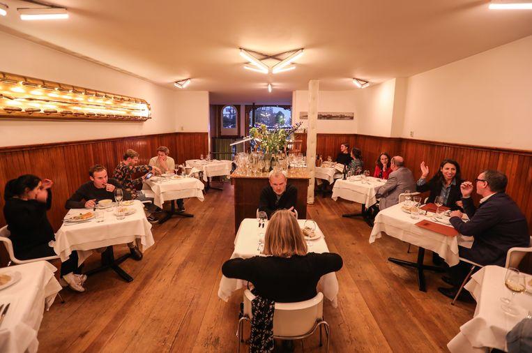Voor de laatste avond een volle zaal voor restaurant Le Hollandais. Beeld Eva Plevier