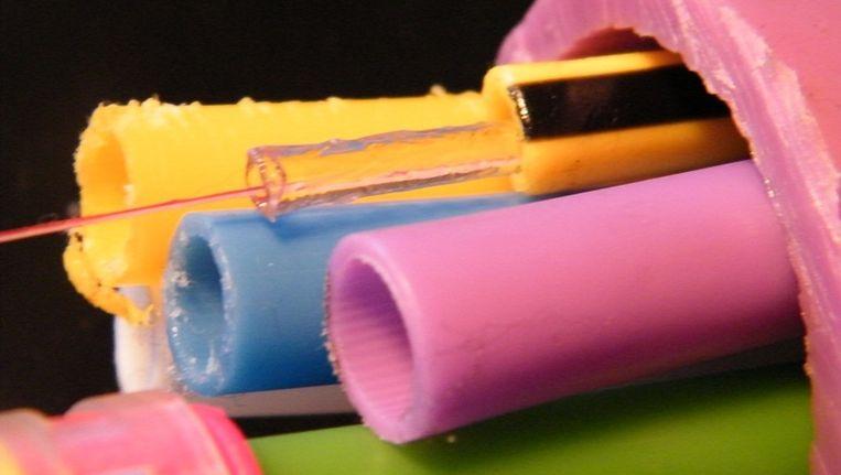 De gekleurde wereld van glasvezelbuizen en buisjes. Beeld Vincent Dekker