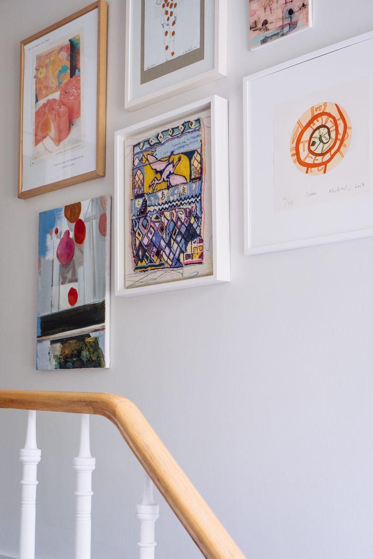 Ook in de kamer van dochter Emilie hangt kunst.Daar sieren haar eigen werkjes de muur.