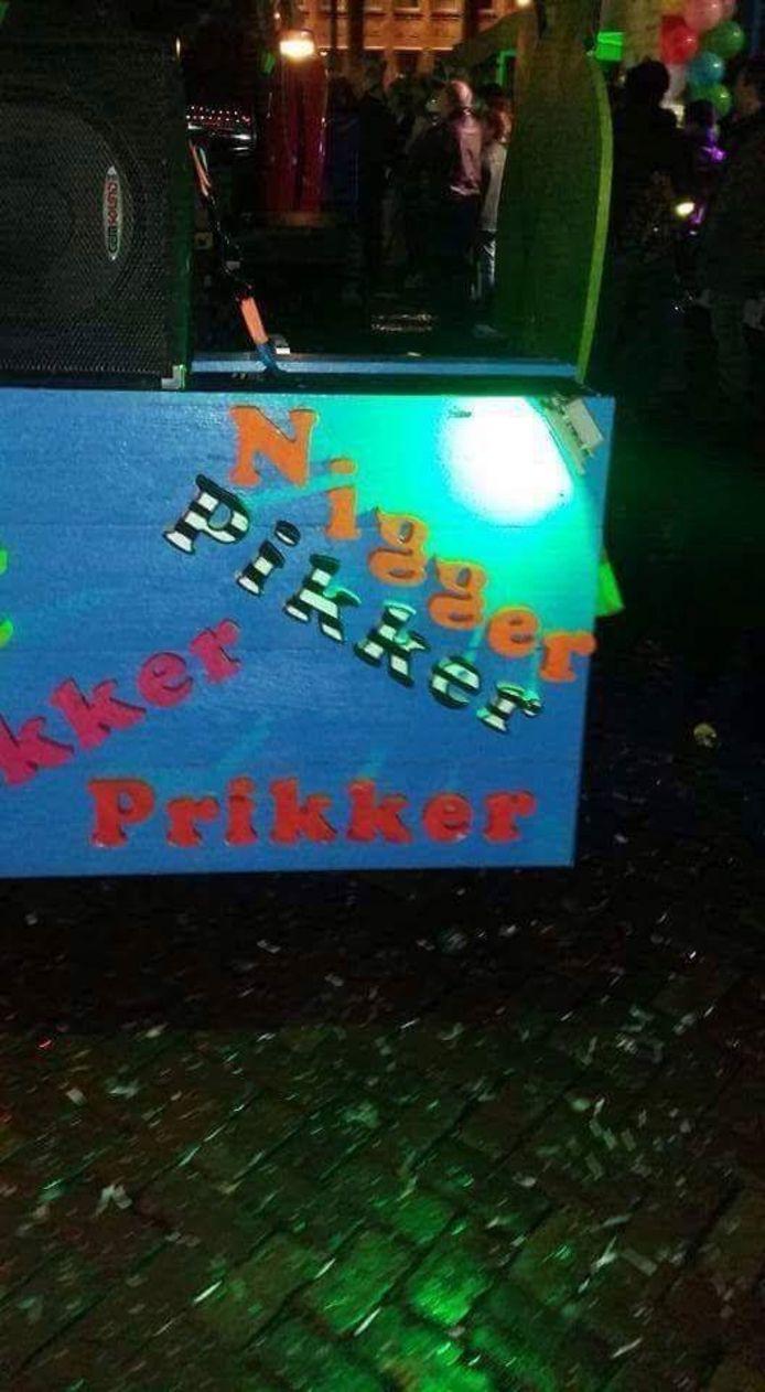De praalwagen in kwestie, zoals die meereed in de Twentse Lichtparade in Hengelo.