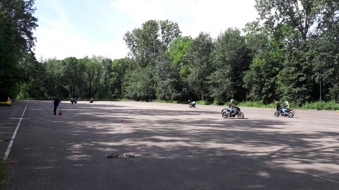 De parkeerplaats bij hockeyclub Oranje-Rood in Genneper Parken in Eindhoven is doordeweeks overdag vooral in gebruik bij lessende motoren; deze wordt half teruggegeven aan de natuur.