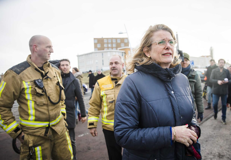 De Haagse burgemeester Pauline Krikke bezoekt op Scheveningen  het gebied dat is beschadigd door de vreugdevuren. Beeld ANP