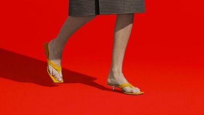 Teenslippers met een hakje zijn in de mode volgens talloze merken