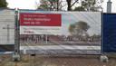 Het informatiepaneel voor de bouw van de reizigerstunnel.