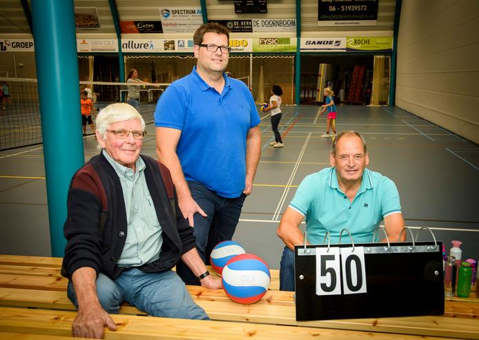 Erelid en medeoprichter Jan van Riel, huidig voorzitter Paul Raes en trainer Jan van Gerven in de hal van De Klep.