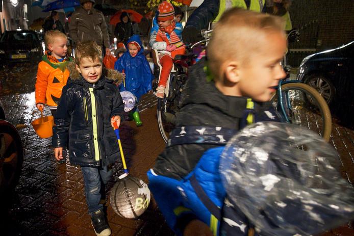 Op 11 november is de lampionnenoptocht een traditie in Aarlanderveen. Ook wanneer het pijpenstelen regent.