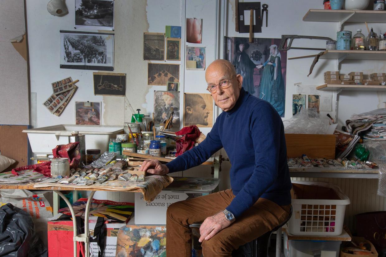 Jan Beutener, kunstschilder, in zijn atelier