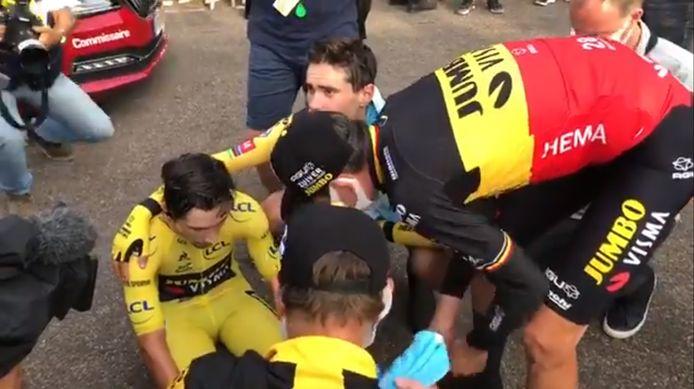 Dumoulin en Van Aert troosten Roglic na zijn aankomst.