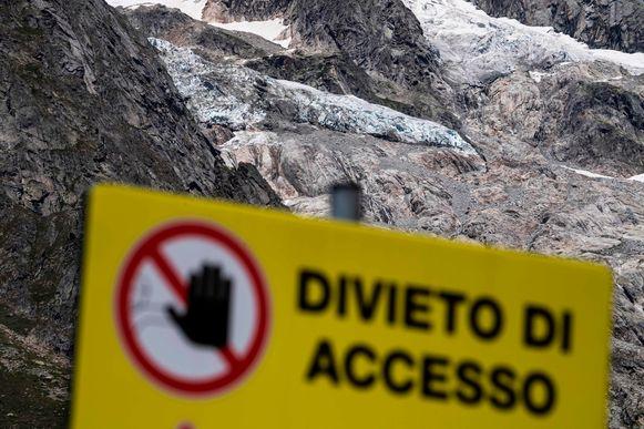 Verboden toegang staat vermeld op een bord aan de gletsjer van Planpincieux .