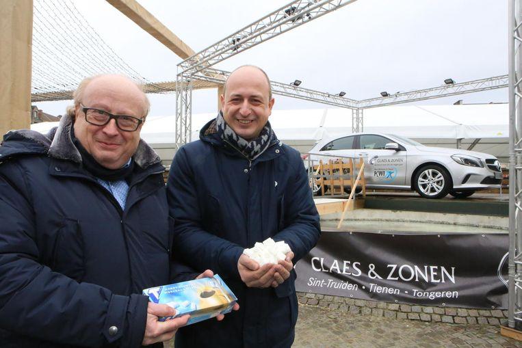 Carlo Joseph en Steven Dusart met de suikerklontjes en de Mercedes A160 die kan gewonnen worden.