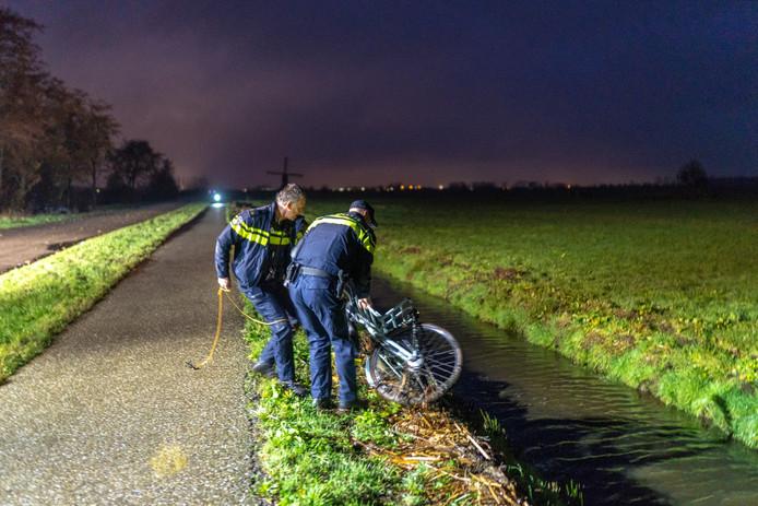 Vrouw (19) raakte met fiets te water langs de Zijdeweg bij Nieuw-Lekkerland.