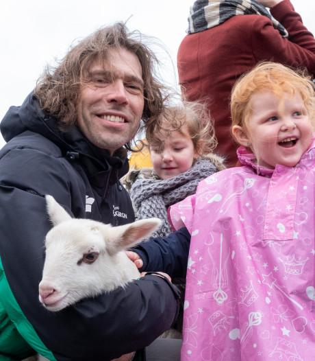 Schaatsicoon Gerard van Velde adopteert schaap Wolf in Heerde