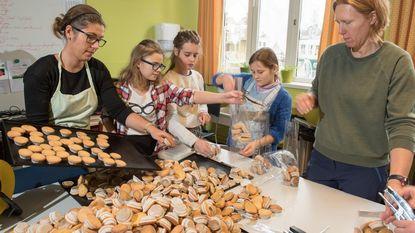 Leerlingen bakken 6.000 cakejes voor goede doel