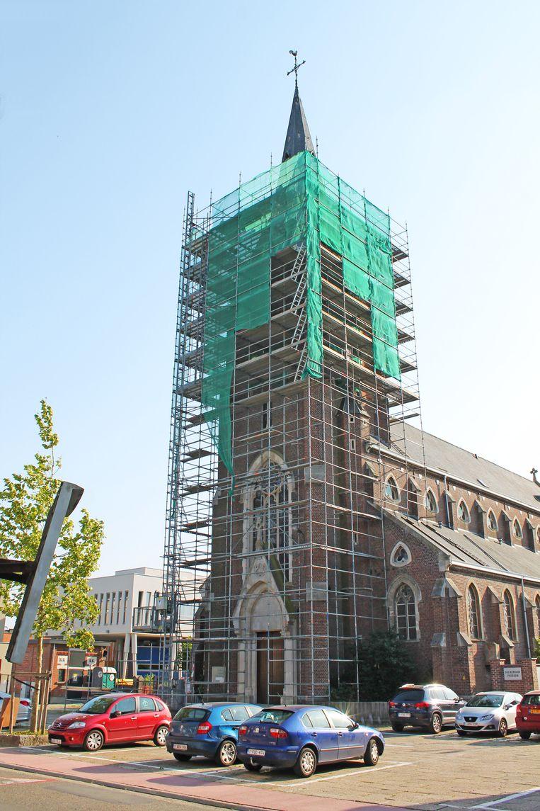 De werken aan de parochiekerk in Peizegem zijn voorlopig stilgelegd omdat de toren in te slechte staat verkeert.