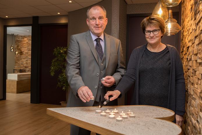 Alfons en Minie van Breen heten belangstellenden welkom op de open dag van Uitvaarthuys Salland in Raalte.