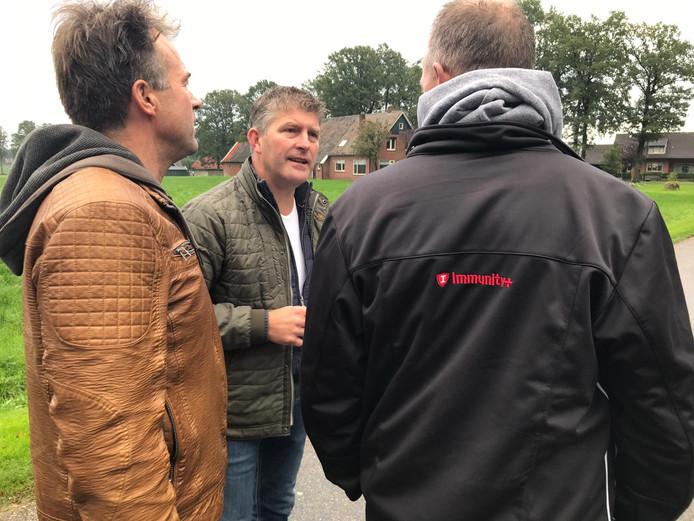 De actieleiders van het boerenprotest in Winterswijk, waarbij de toegang tot een natuurgebied wordt geblokkeerd.