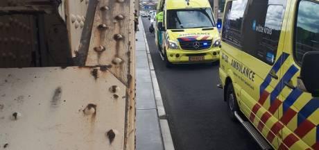 Onwel geworden automobilist belandt midden op de weg op Nijmeegse Waalbrug