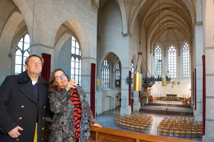 Eigenaar van de Walburgiskerk Theo de Rijk (l) en Saskia Bak van Museum Arnhem.