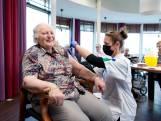 Eerste 90+'er gevaccineerd in Bathmen: 'Feestelijke dag'