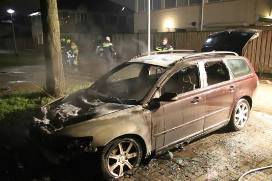 De Volvo V50-stationwagon aan de Rinkesstraat in Culemborg brandde volledig uit.