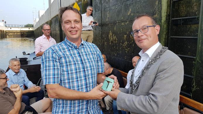 Marco van Baar krijgt de Tilburg Trofee uit handen van wethouder/loco-burgemeester Mario Jacobs.