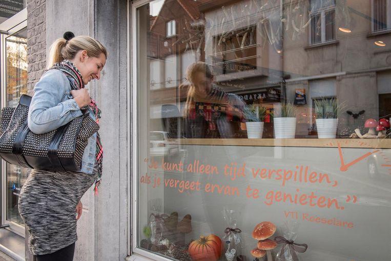 Een wandelaarster leest de spreuk van het VTI.