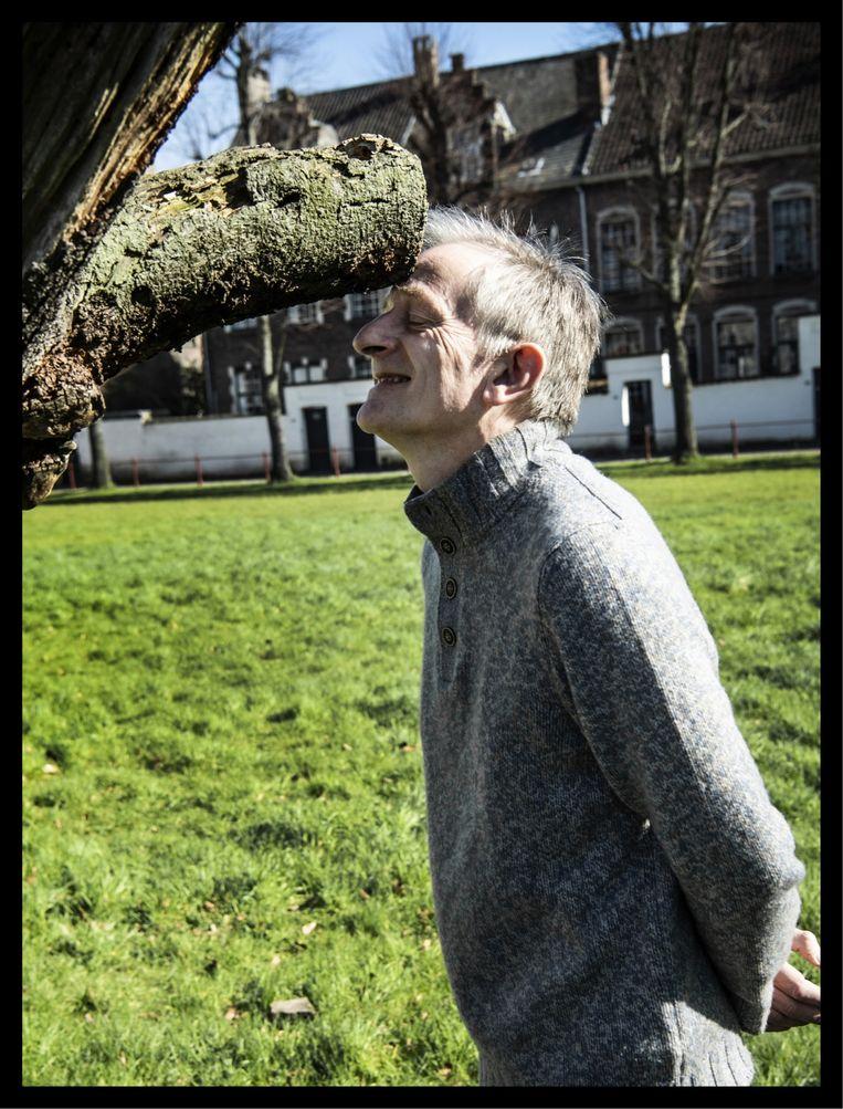 'Ik hou erg van de natuur. Ik wantrouw nog altijd mensen die op een wandeling hooguit zien dat het 'heel groen' is. Dan denk ik: blind zijn is niet erg, maar je ziet wel weinig.' Beeld Saskia Vanderstichele
