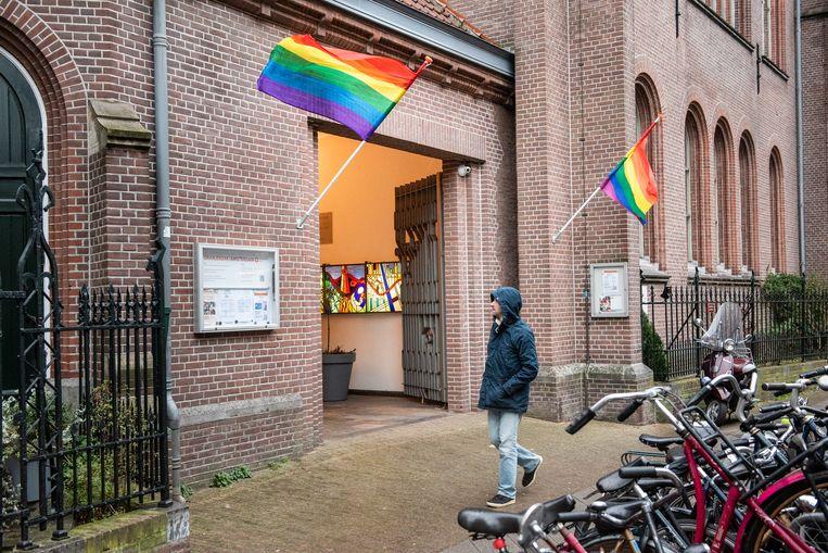 Ook de Oranjekerk hangt de regenboogvlag buiten.  Beeld Simon Lenskens