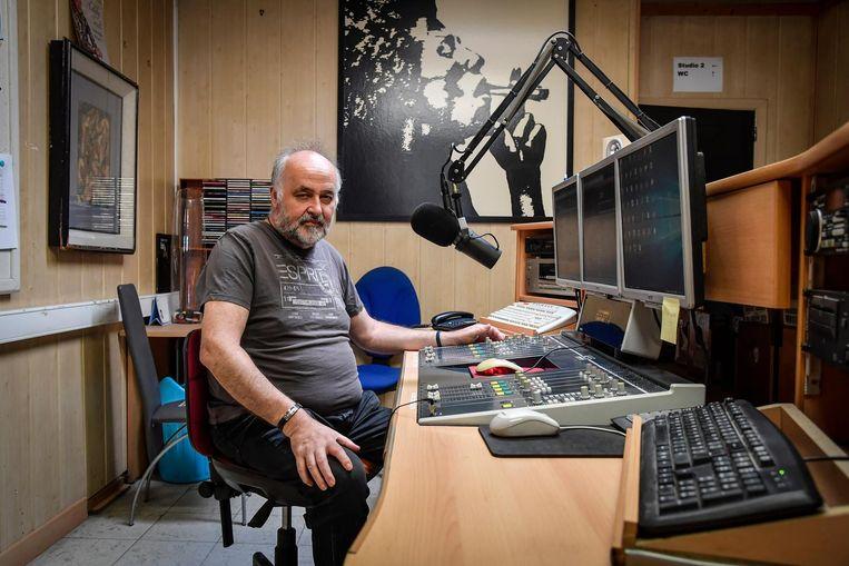 Maurits de Saeger in de studio van Radio Beiaard. De zender mag nog uitzenden tot 31 december.