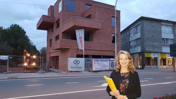 Schepen van ruimtelijke ordening Sanne Van Looy voor een van de appartementenprojecten die momenteel gerealiseerd wordt.