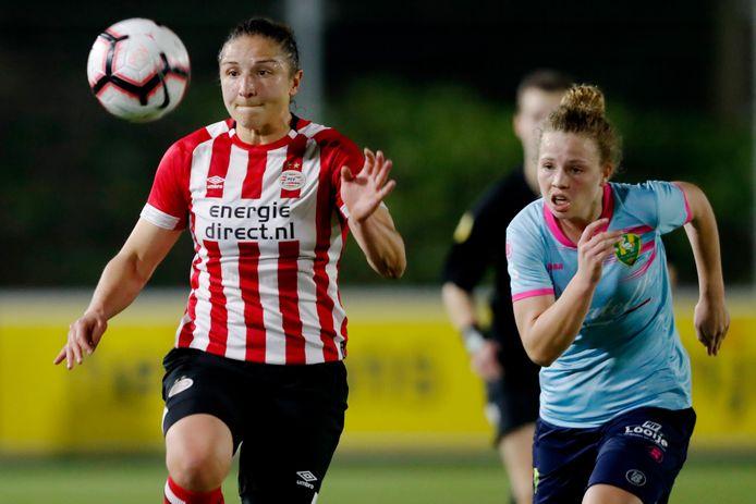 Sara Yüceil (l) in actie namens PSV.