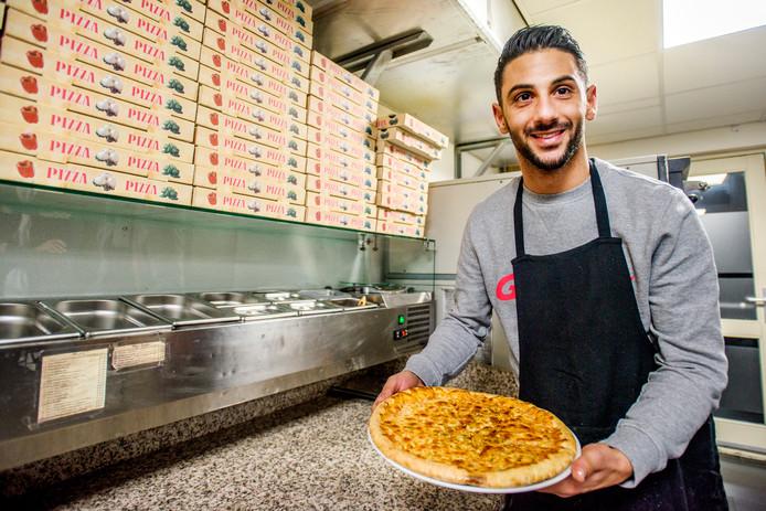 Fatih Kamaci in zijn pizzeria in Waalwijk.