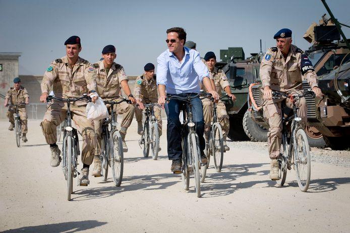 Minister-president Mark Rutte op de fiets over Kamp Kunduz tijdens zijn bezoek aan de manschappen in Afghanistan in 2013.