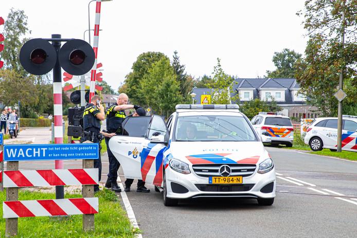 De politie houdt een man aan op de IJsselcentralweg in Zwolle.